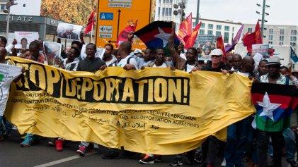 Jóvenes y refugiados marchan juntos contra las deportaciones en Berlín