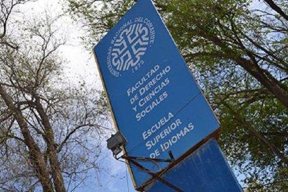 Universidad del Comahue: consejo directivo de la Facultad de Ciencias Sociales y Derecho sesiona en las calles