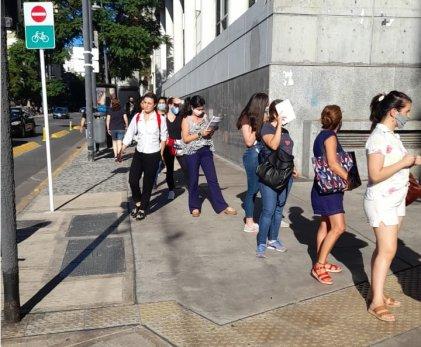 Arrancan los finales presenciales en económicas UBA con largas filas sin protocolos