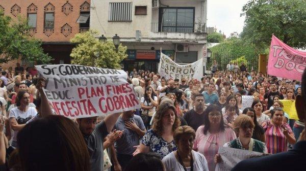 Docentes marcharon contra el ajuste de salarios decretado por Manzur